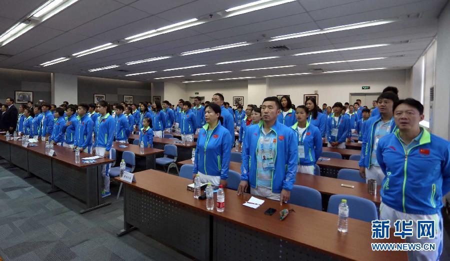 8月11日,代表团成员在成立大会上唱国歌。