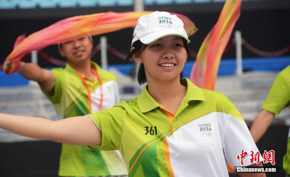 """8月12日,南京青奥会开幕式""""志愿者标兵""""在排练。"""