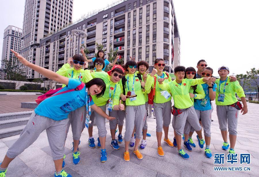 8月22日,中国女子手球队员一起合影留念。青奥会期间,来自世界各地的3700多名运动员汇聚在南京青奥村。在镜头面前,各代表队青年用不一样的姿态演绎着一样的青春与活力。新华社记者姜克红摄.jpg