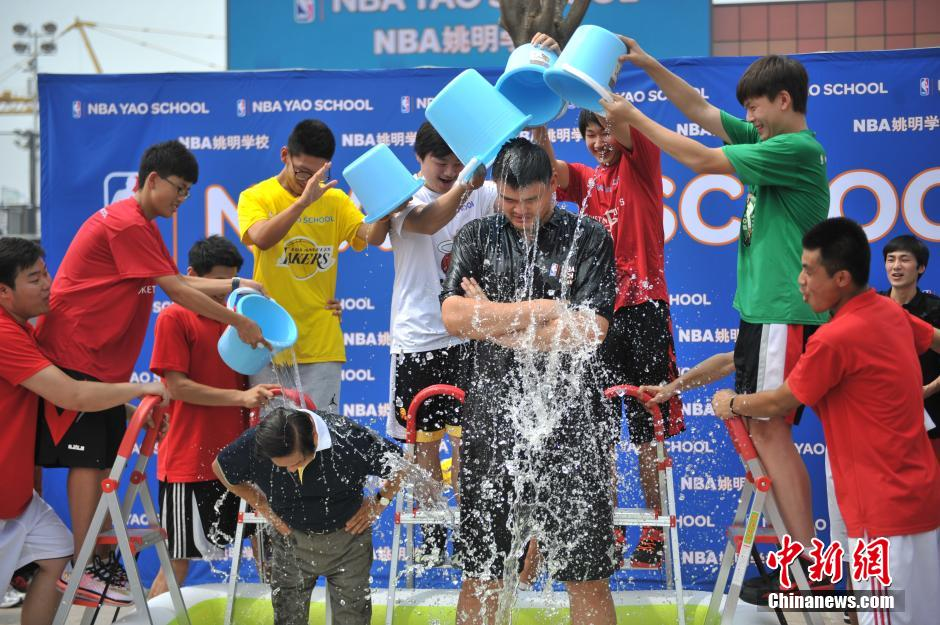 2014年8月23日,巨人姚明与78岁韩美林在NBA姚明学校共同挑战冰桶。