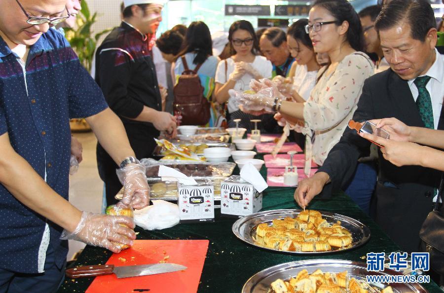 9月5日,在韩国首尔,参观者品尝中式月饼。新华社记者姚琪琳摄