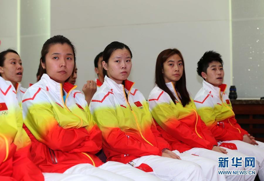 9月10日,羽毛球运动员李雪芮(右三)、王适娴(右二)等在成立仪式上。 当日,仁川亚运会中国体育代表团成立仪式在国家体育总局举行。新华社记者孟永民摄
