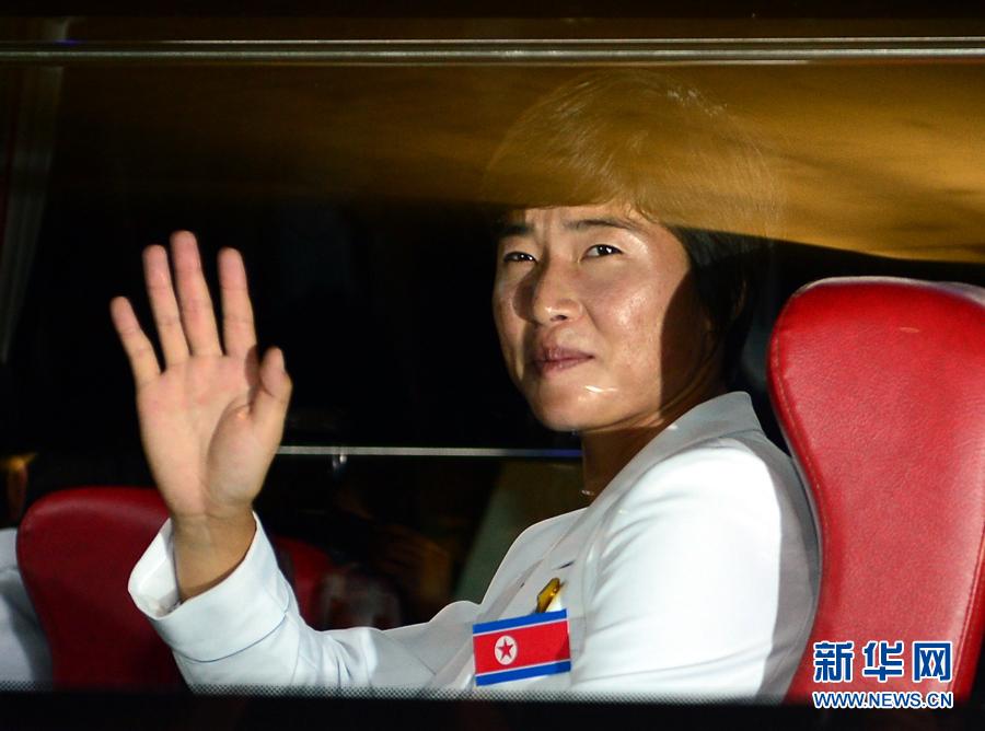 9月11日,朝鲜运动员在到达韩国仁川九月洞的亚运会运动员村时向记者挥手。