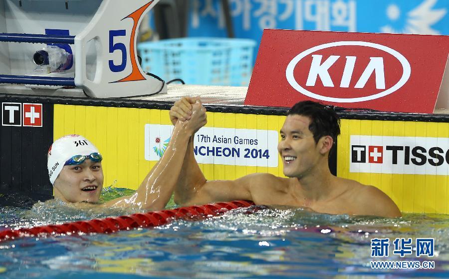 9月21日,中国选手孙杨(左)和朴泰桓在比赛后握手致意。