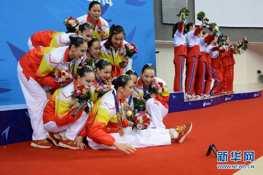 9月22日,中国队选手在颁奖仪式上自拍。