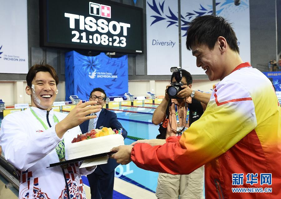 9月26日,在仁川文鹤朴泰桓游泳馆,中国选手孙杨(右)将蛋糕涂在韩国选手朴泰桓的脸上,为他庆祝生日。