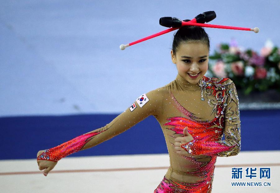 10月1日,韩国选手孙妍在进行棒操比赛。当日,2014仁川亚运会艺术体操团体赛落幕,韩国队以总分164.046的成绩获得亚军。