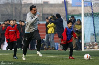 教育部请国际球星助力校园足球