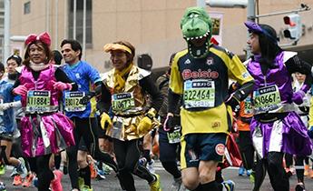 奇葩造型云集东京国际马拉松