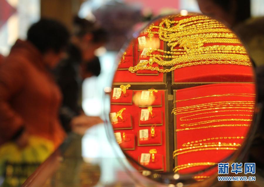 2月18日,顾客在山东省临沂市郯城县一家金店选购金饰品。