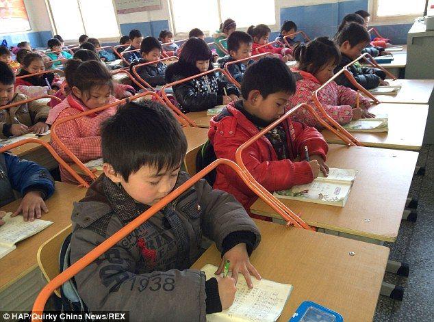 新学期开学,新洲邾城街章林小学一(1)班42名留守学生用上了新型防近视课桌椅。