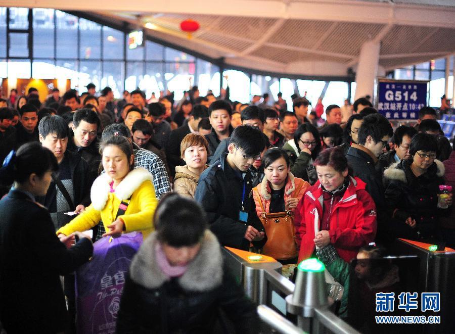 2月24日,在武汉火车站,乘客在检票进站。当日是2014年春运最后一天。2014年春运从1月16日至2月24日,共计40天。 新华社记者 肖艺九 摄
