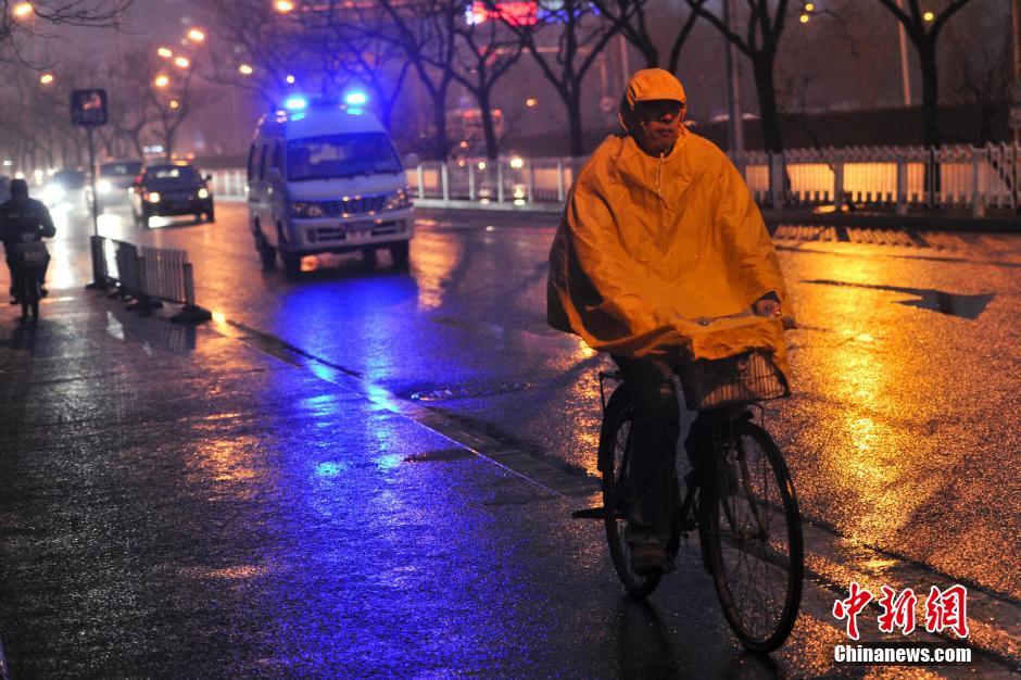 图为2月26日,北京民众冒雨出行。中新网记者 金硕 摄.jpg