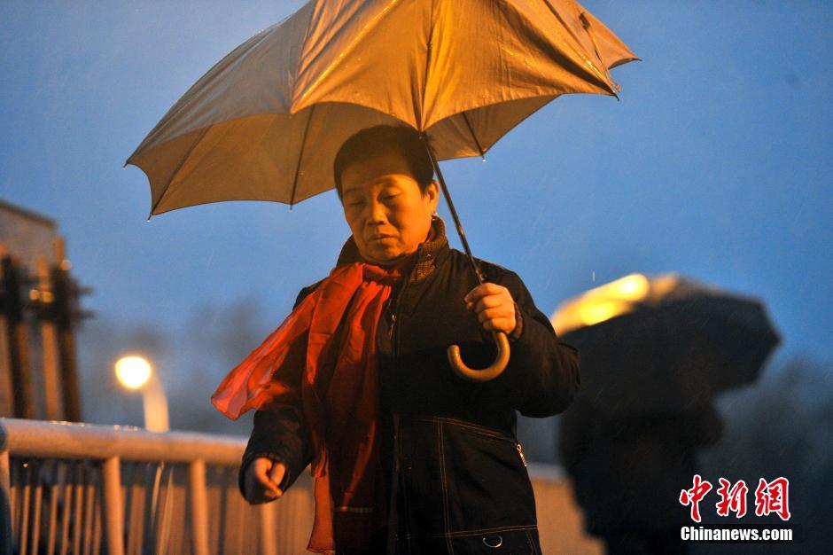 2月26日,经历了120小时雾霾天气的北京迎来降雨。