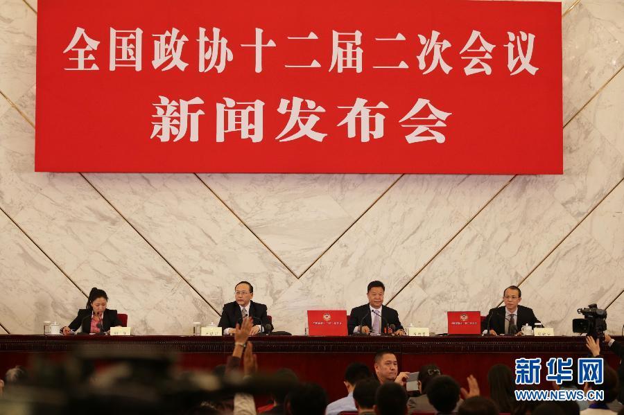 3月2日,全国政协十二届二次会议新闻发布会在北京人民大会堂举行,大会发言人吕新华介绍会议有关情况并回答中外记者提问。 新华社记者邢广利摄
