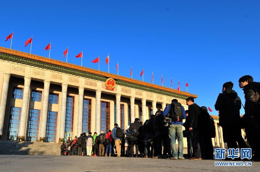 3月5日,第十二届全国人民代表大会第二次会议在北京人民大会堂开幕。这是记者排队等待入场采访。 新华社记者肖艺九摄