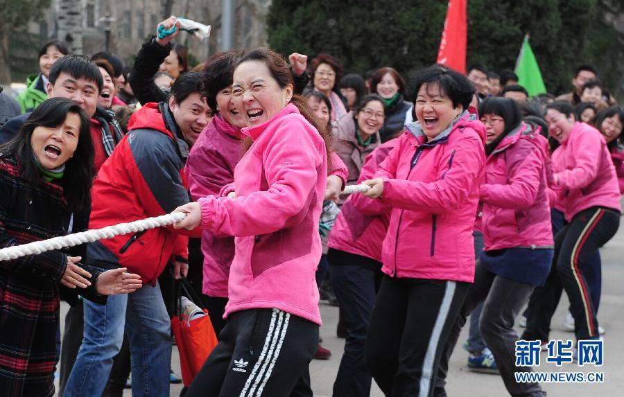 """3月6日,女教工参加山东师大为庆祝""""三八""""节举办的拔河比赛。"""