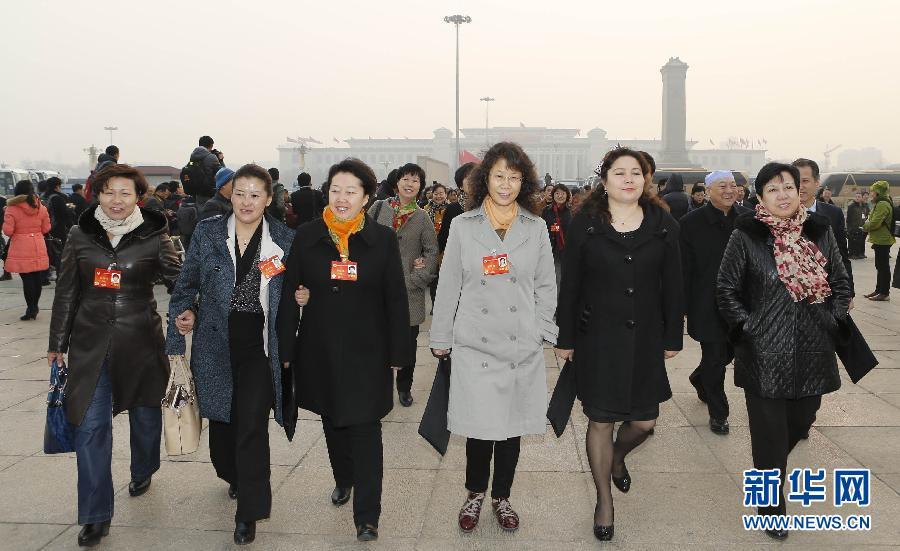 3月8日,全国政协十二届二次会议在北京人民大会堂举行第三次全体会议。这是全国政协委员们抵达天安门广场。   新华社记者 张玉薇摄