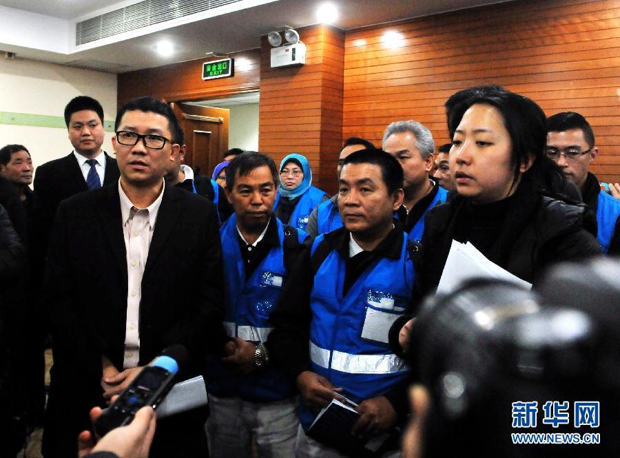 3月9日,马来西亚航空公司高级管理层代表(左前)在北京与马航客机失联事件的乘客家属见面。 新华社记者陈晔华摄(手机拍摄)