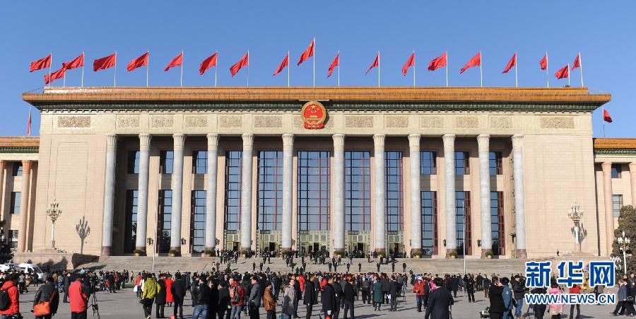 3月13日,第十二届全国人民代表大会第二次会议在北京人民大会堂举行闭幕会。这是代表走向人民大会堂。 新华社记者李博摄