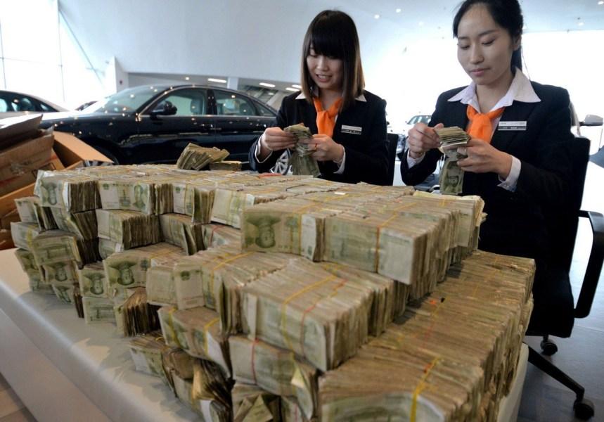 2014年3月12日,河北省邯郸市,一男子带着119300元零钱购车。银行对零钱进行了清点,其中1元纸币有103000张,1元硬币有16300枚。