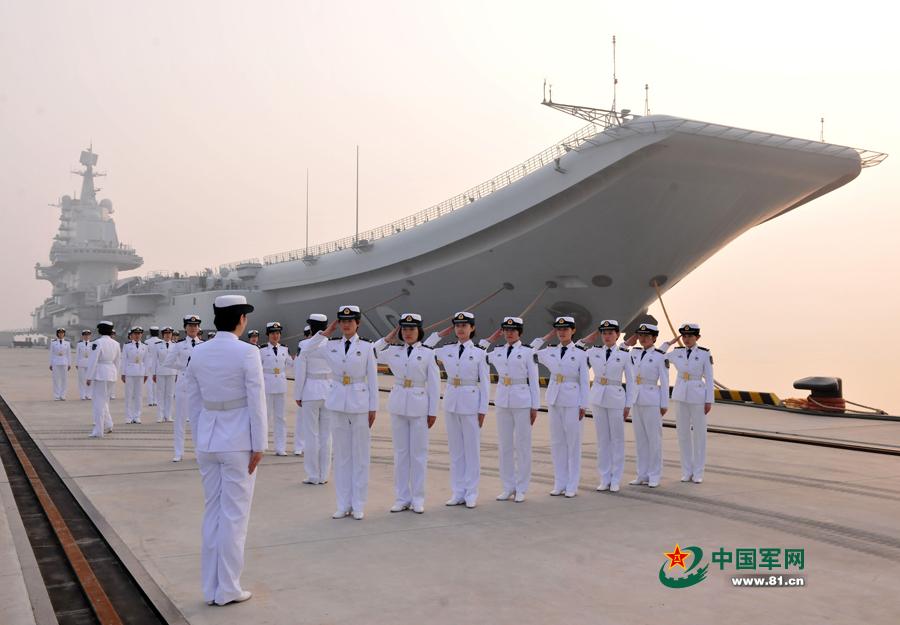 辽宁舰女舰员在进行队列训练。中国军网通讯员 张凯 摄