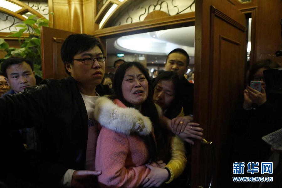 3月24日,在马来西亚总理宣布马航失联客机落入南印度洋后,在北京丽都维景酒店等候的乘客家属悲痛不已。 新华社记者沈伯韩摄