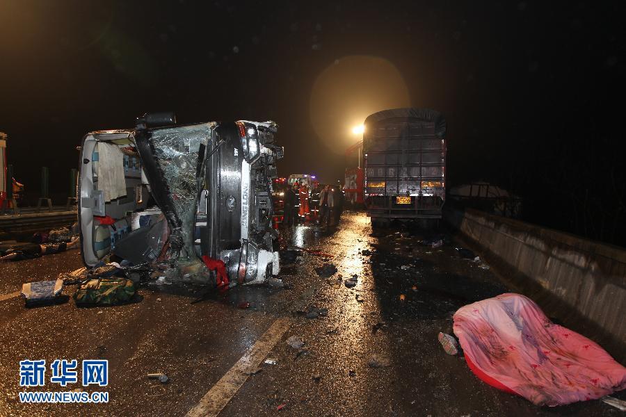 3月25日零时30分左右,G65包茂高速重庆市黔江区境内进城方向阿蓬江至濯水路段发生重大道路交通事故。截至25日9时,已造成15人死亡,56人不同程度受伤。