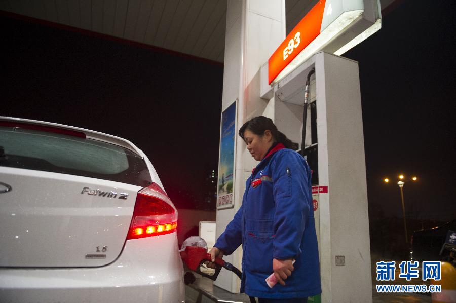 3月26日,安徽合肥市一家加油站的工作人员为机动车加油。新华社记者杜宇摄