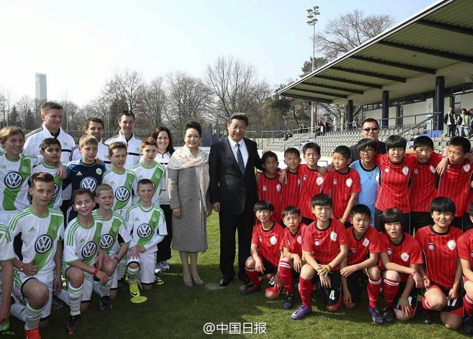 习近平主席和夫人彭丽媛看望在德国参加训练的志丹少年足球队队员