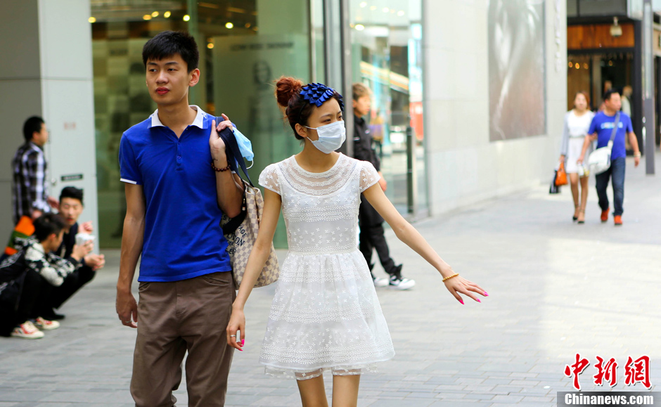 4月9日,北京迎来罕见高温天气,市民着清凉夏装出行。随着北京市气温持续走高,午后13时许南郊观象台最高气温达到30℃,打破了京城4月上旬29.3℃的历史极端最高值。