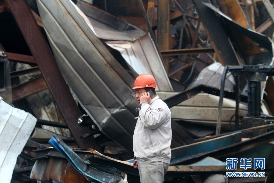 4月16日,搜救人员在江苏如皋化工厂爆炸现场进行搜救。新华社发(江建华 摄)