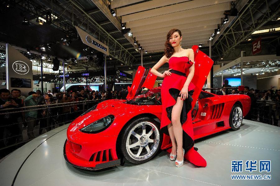 4月20日,模特在展示赛麟S7跑车。新华社记者 杨光 摄
