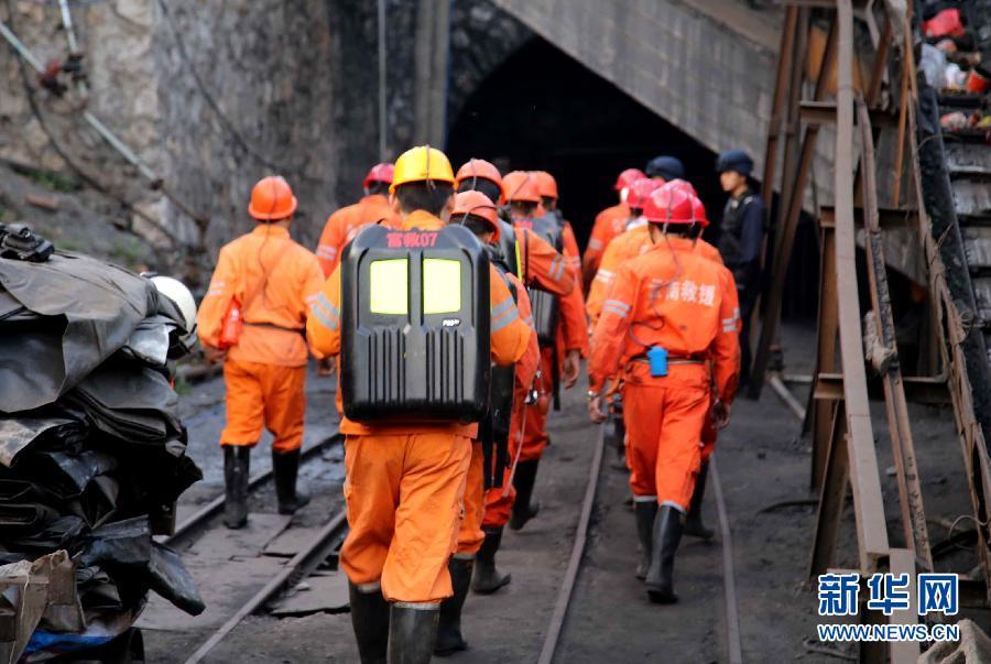 4月21日,救援人员在云南富源红土田煤矿开展救援。