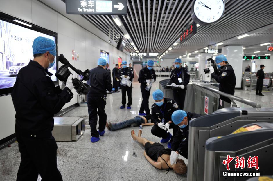 4月23日,长沙警方在长沙地铁2号线举行反恐应急演练。图为演练现场。刘柱 摄