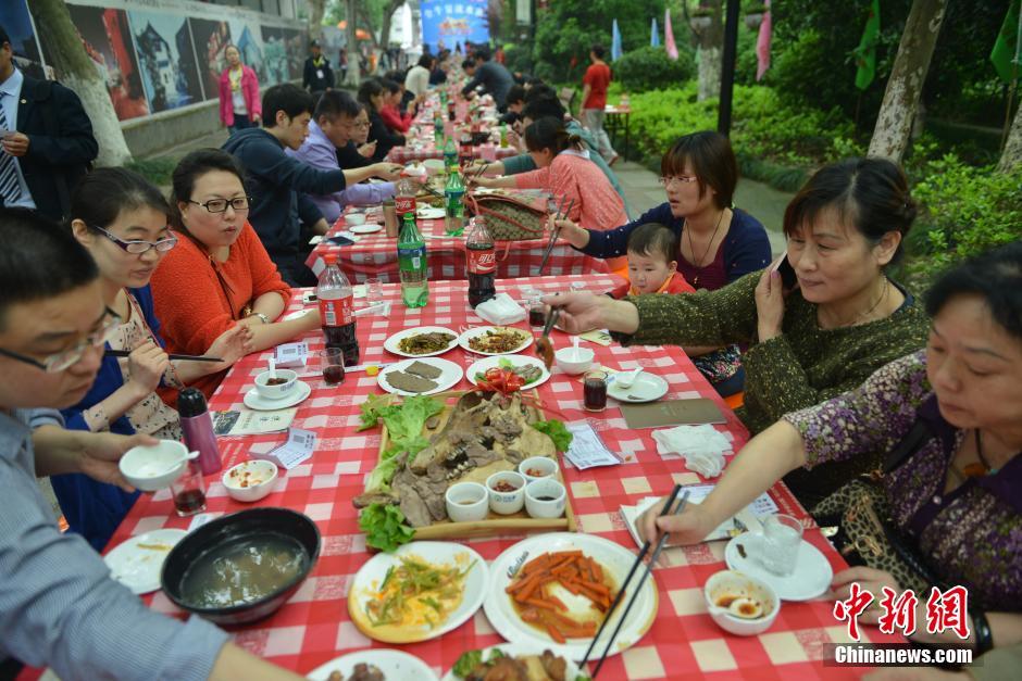 """4月26日,食客们在杭州""""全牛宴流水席""""上就餐。"""
