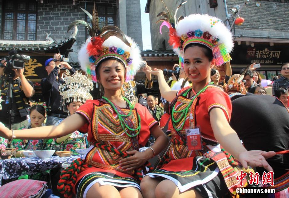 """5月6日,2014中国・凤凰苗族""""四月八""""跳花节在湖南凤凰古城举行,凤凰县及其附近的苗族、土家族等各民族欢聚于此,上演了一场苗族服装盛宴。"""