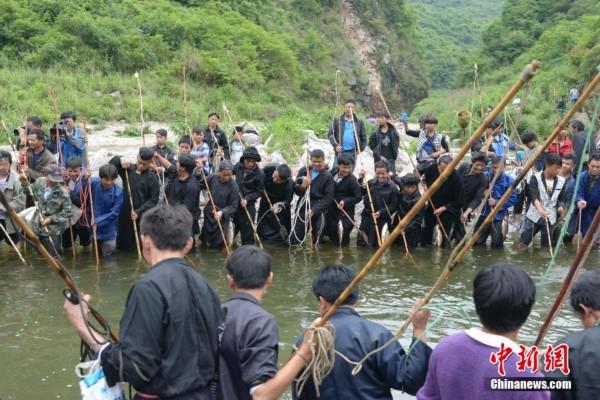 5月10日,在贵州省开阳县清水江两岸,千余名苗族同胞欢庆共度杀鱼节。