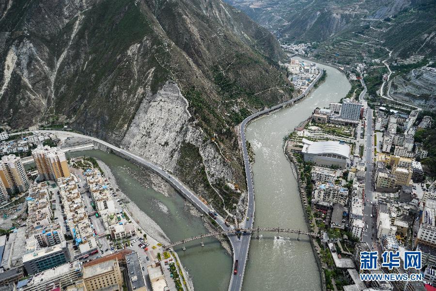 俯瞰汶川县城一角(5月7日摄)。