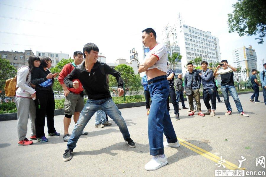 2014年5月11日,谢水平来到武汉体育学院及武汉街头,接受体育专业学生和过往路人挑战,不管对方用拳、用掌或是用脚,都未能将其打退。