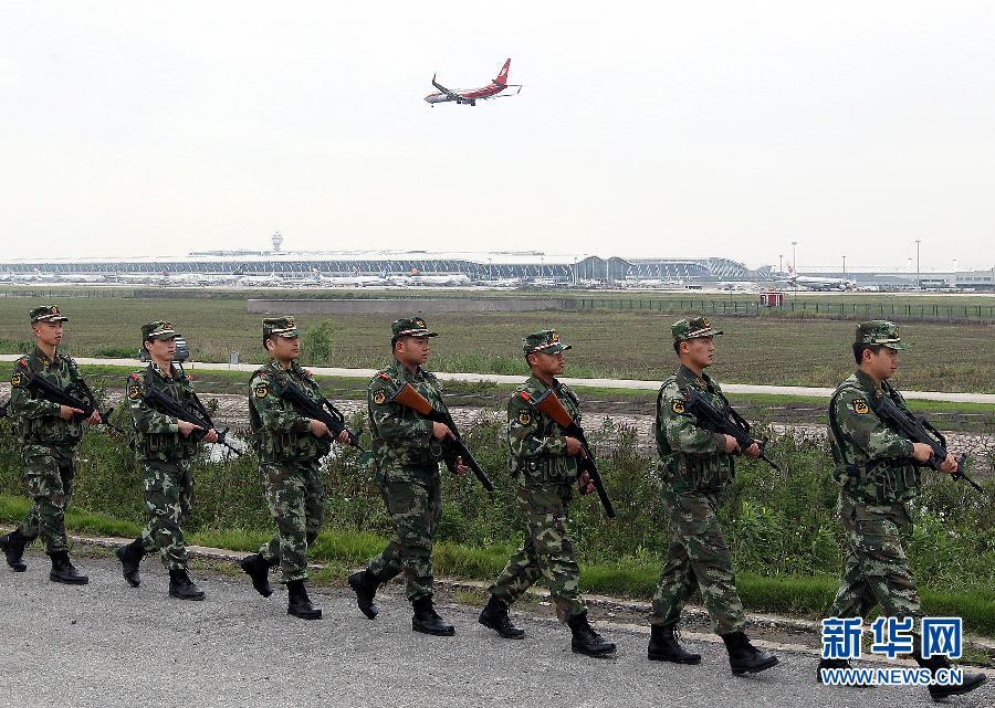 5月18日,边防战士在上海浦东国际机场武装巡逻。