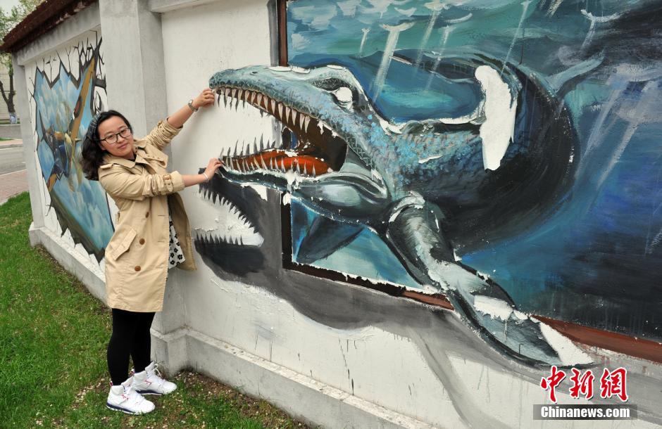 5月19日,哈尔滨工程大学墙壁上的3D涂鸦画吸引不少路人。