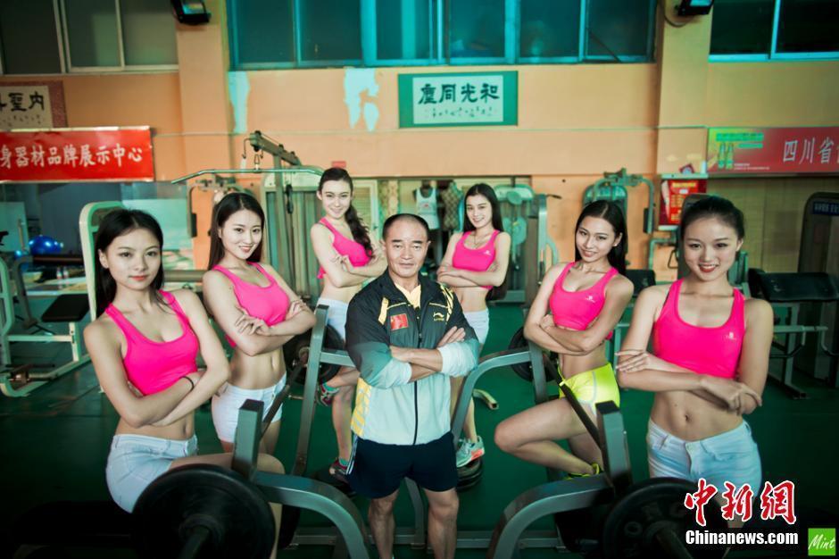 图为中国国家健身健美队队员与教练员合影。