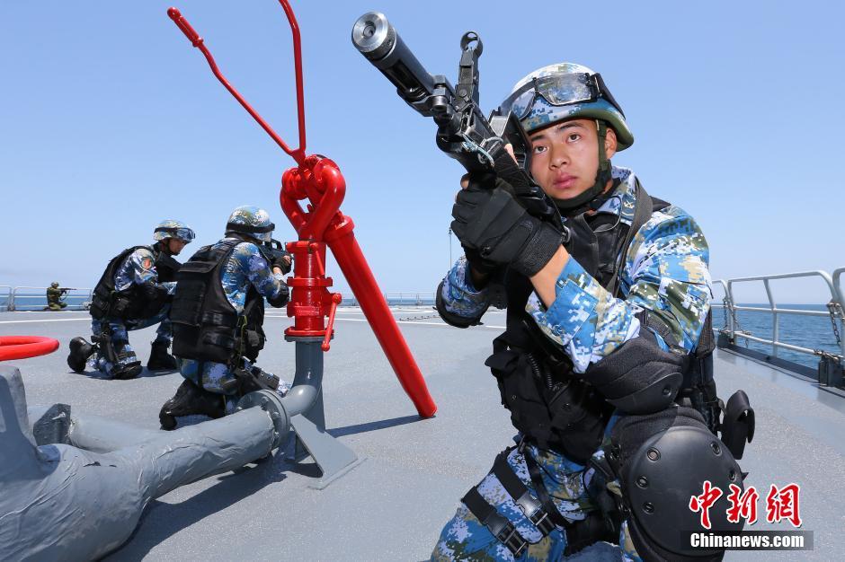 """5月23日,中国海军特战队员乘小艇出击解救""""被劫持船舶""""。"""
