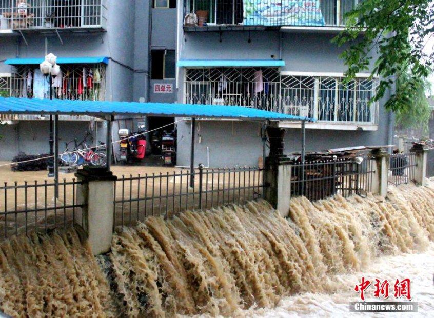 5月25日,贵州省铜仁市江口县因强降雨,致道路溢水中断,商铺、民房被淹受损。