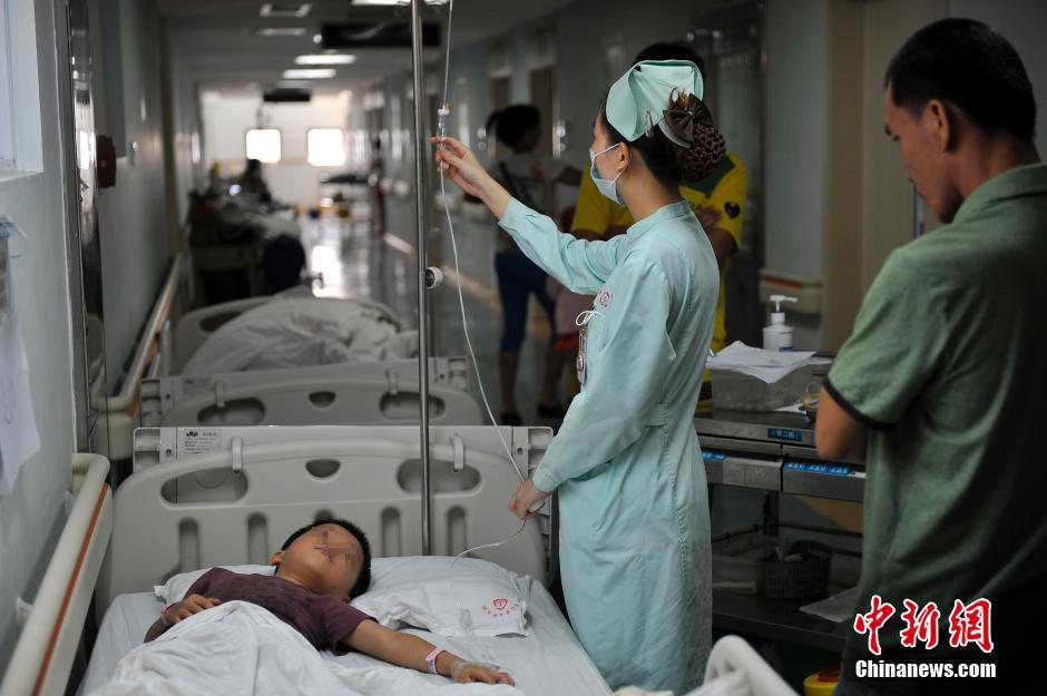 5月28日,海口市演丰镇艺丰幼儿园食物中毒部分学生在海口市人民医院观察治疗。