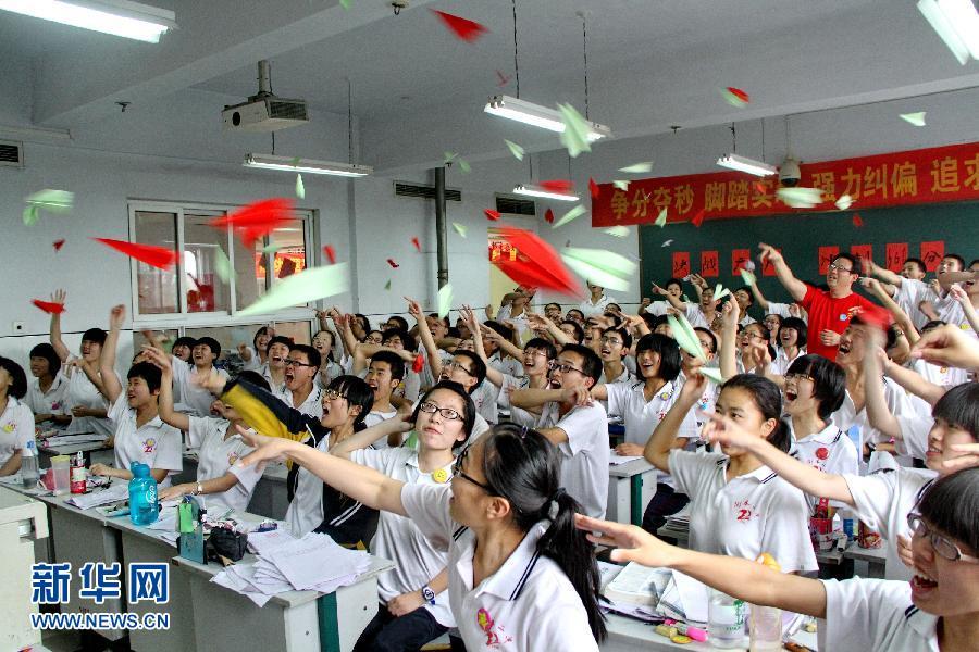 6月3日,河北省衡水市第二中学高三学生在教室里用扔纸飞机的方式舒缓心情。