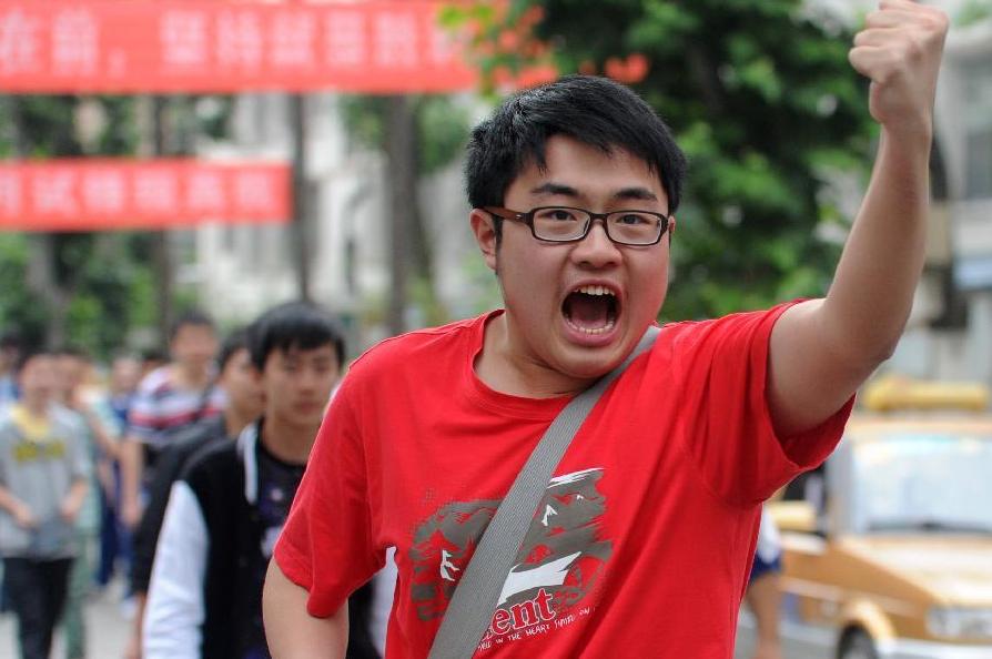 6月8日,在贵州省贵阳市第六中学考点,一名考生在高考结束后振臂呐喊。