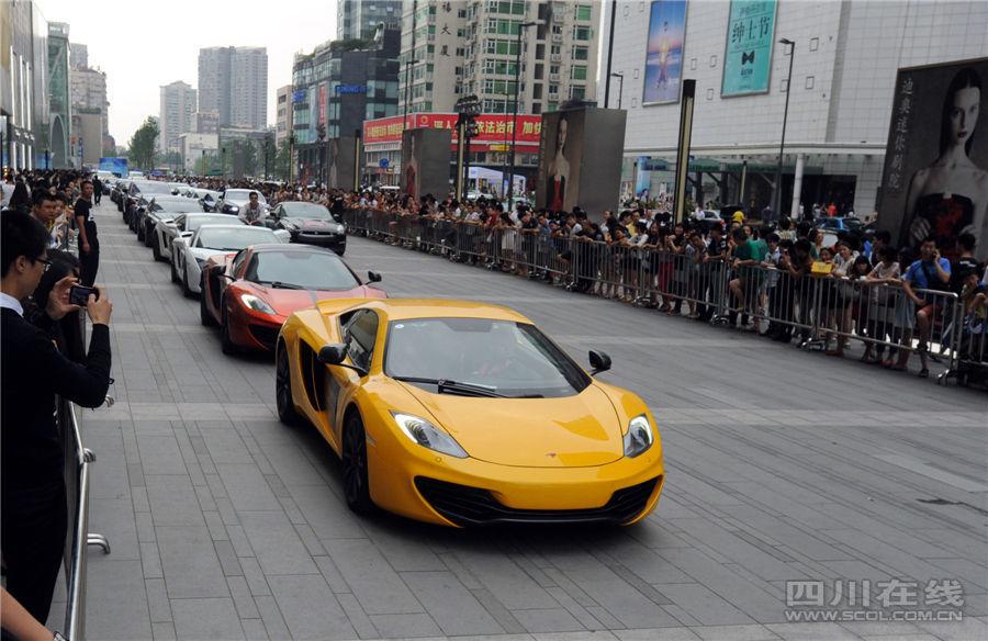 成都百辆豪车扎堆亮相街头引围观