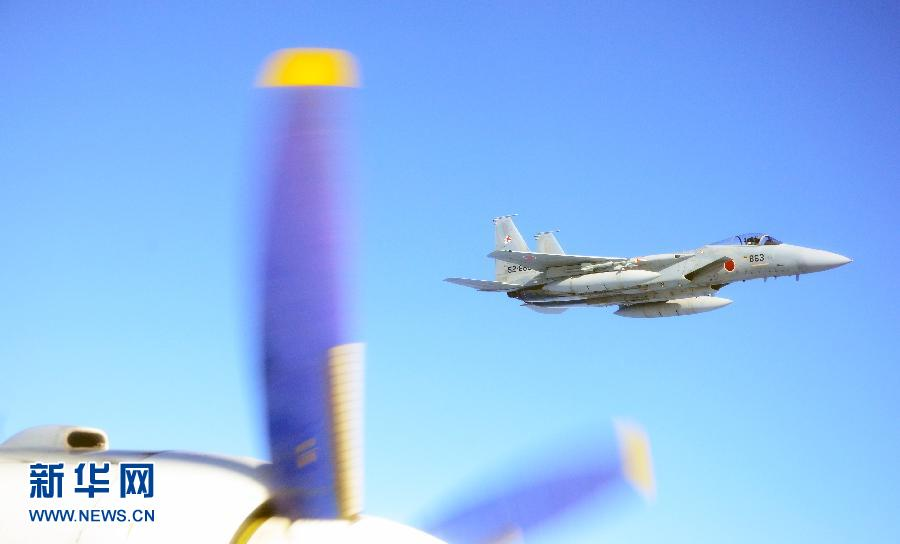 这是日本F-15战斗机抵近跟踪监视中国军机。